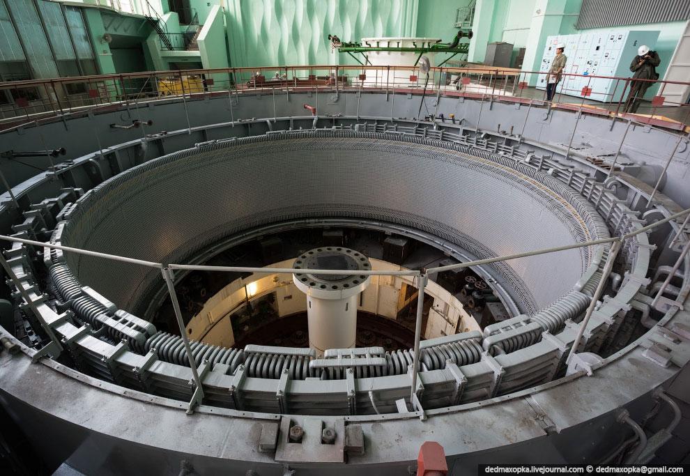 Вид снизу из шахты гидрогенератора: