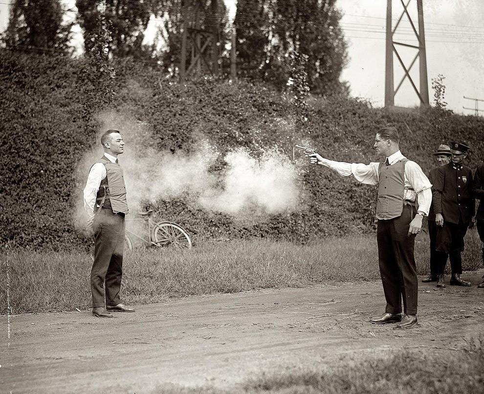 5. Тестирование новых пуленепробиваемых жилетов, 1923 год.
