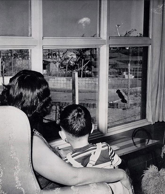 28. Мать и сын смотрят на облако-гриб после испытания ядерного оружия в Лас-Вегасе, 1953 год.