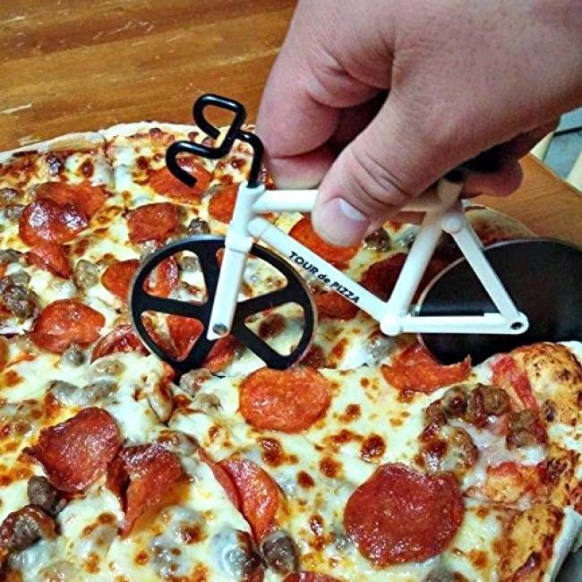 © amazon     Спомощью такого резака для пиццы можно легко ибезопасно нарезать самую гор