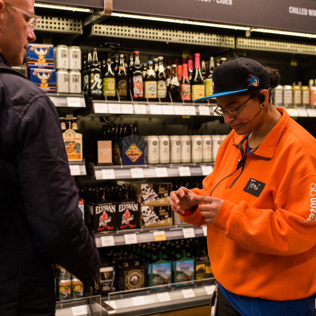 В Amazon Go нет тележек. Покупатели сразу складывают продукты в брендированные сумки и с ними же ухо