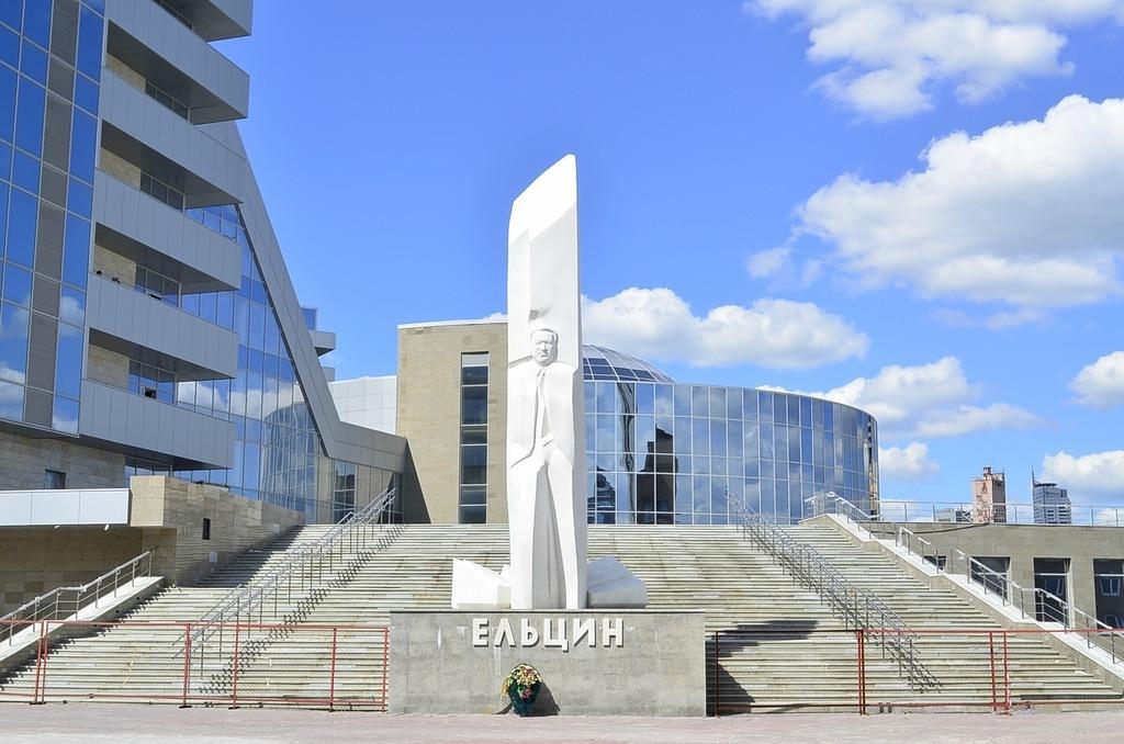 Вороны обстреляли камнями Ельцин-центр