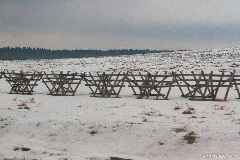 Решетки снегозадержания вдоль трассы