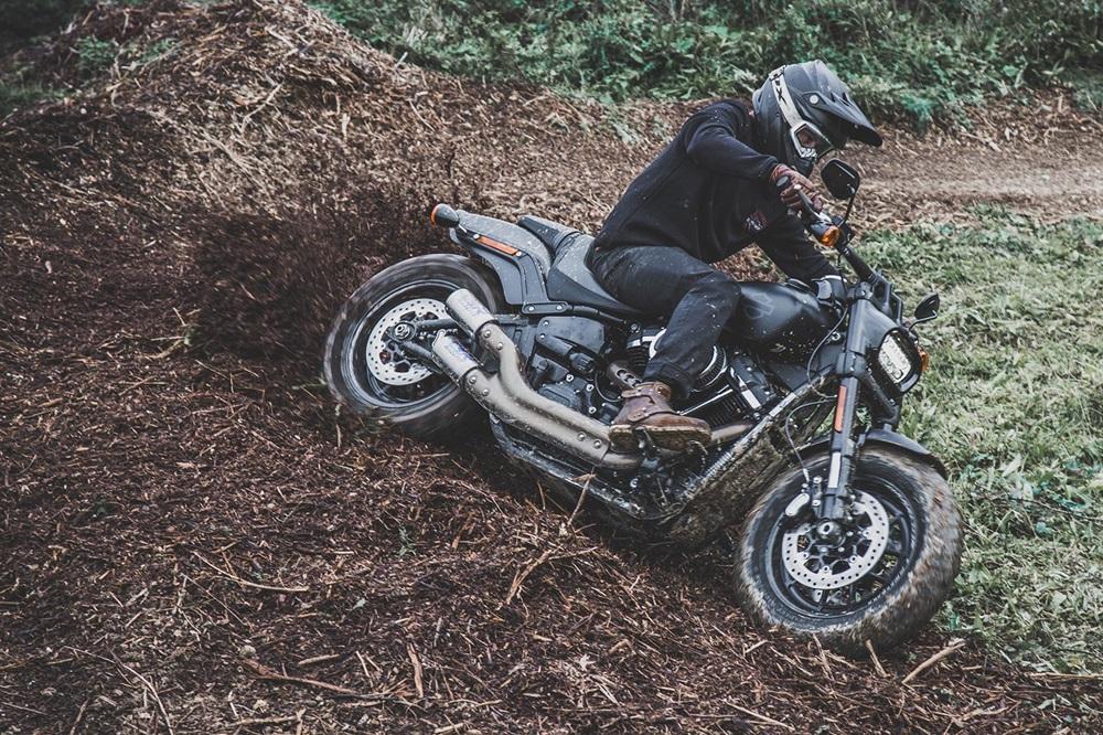 Мотоцикл Harley-Davidson Fat Bob в грязи (фото)