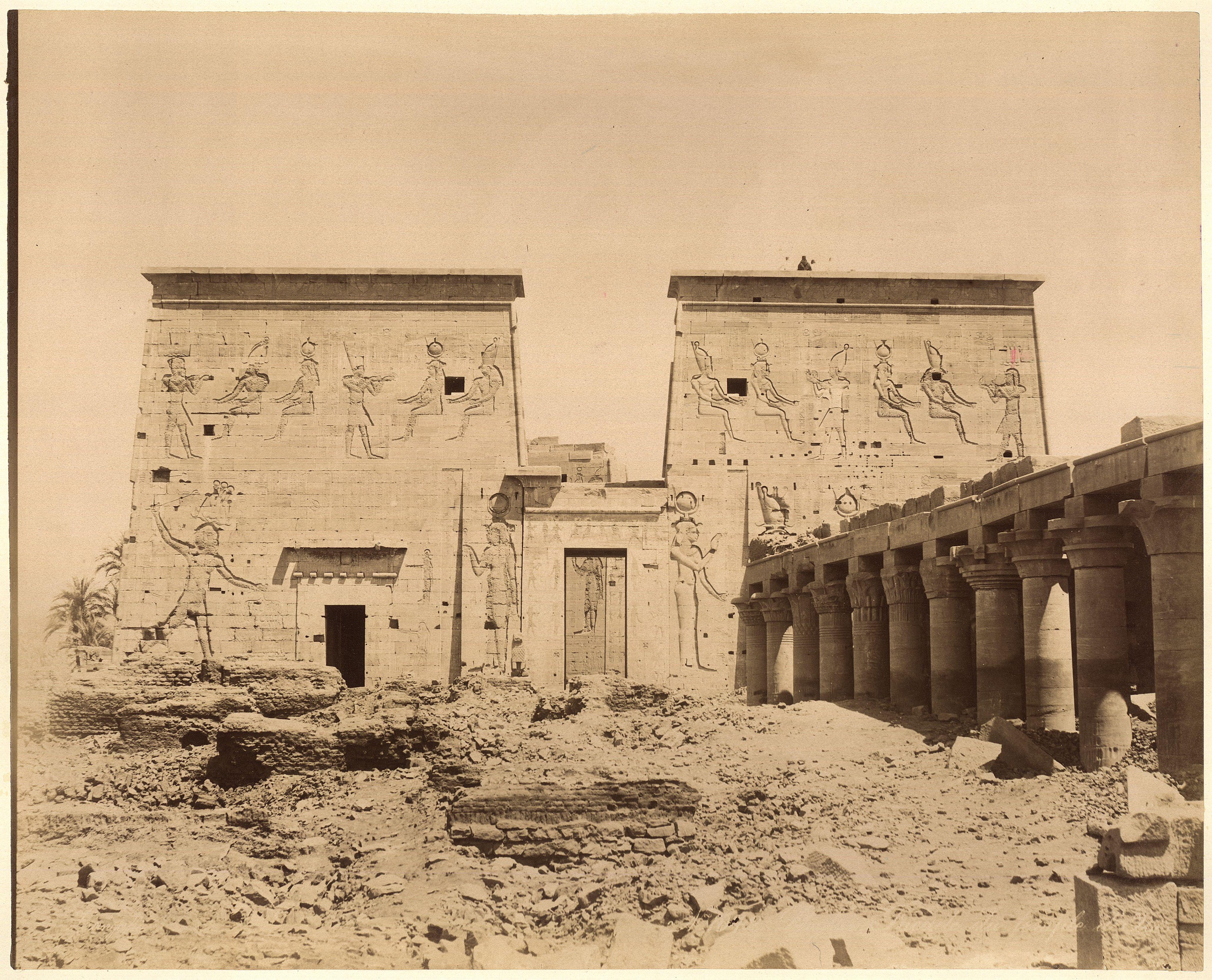 Филе. Храм Исиды. Двор с колоннами и первым пилоном.