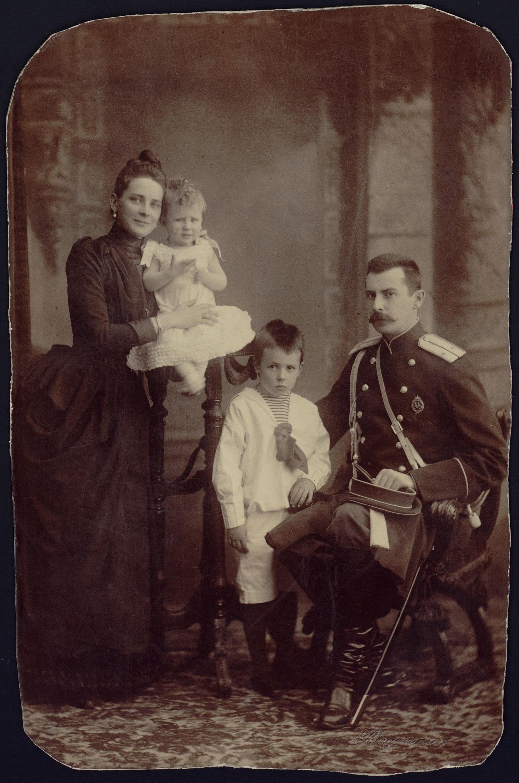 Зинаида Николаевна и Феликс Феликсович Сумароковы-Эльстоны с детьми – Феликсом и Николаем. 1888