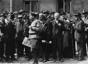 Все слои населения интересуются политикой. В руках у солдата газета «Без лишних слов» Май 1917