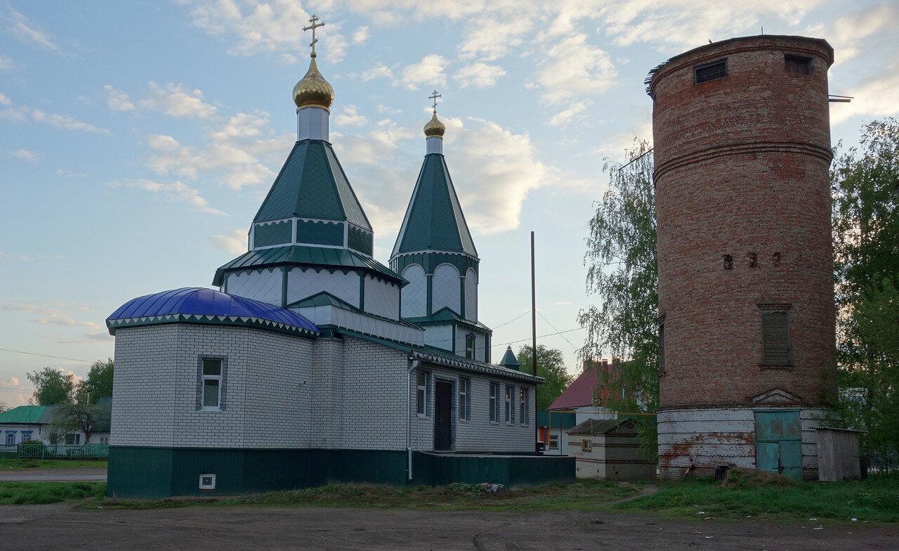 храм-новодел и водонапорная башня