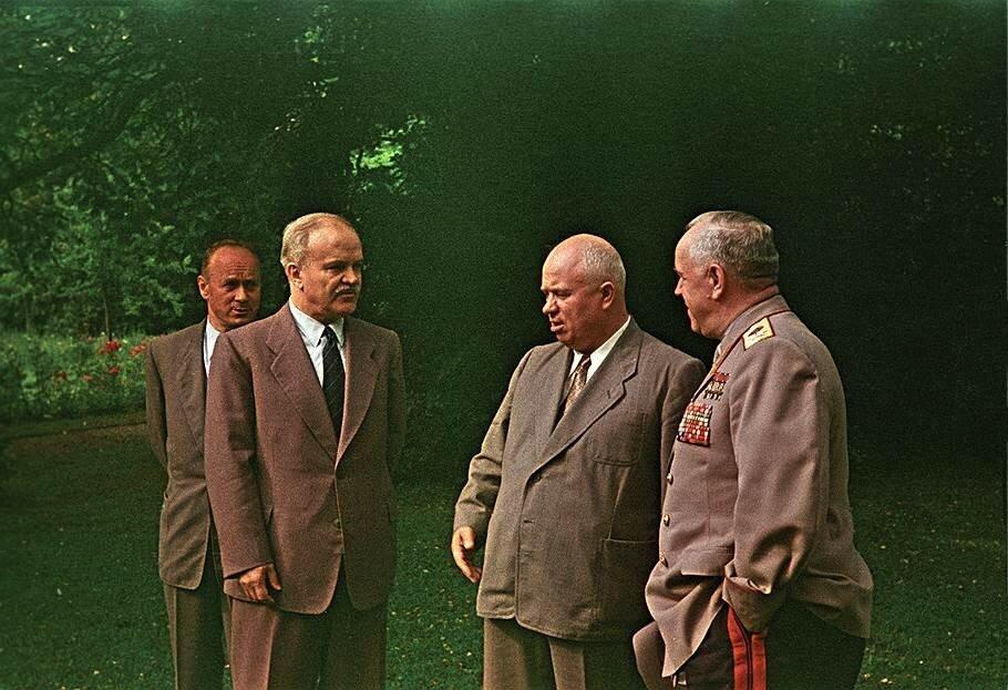 1955 Серов, Молотов, Хрущев, Жуков в Женеве, июль 1955, фото А. Новиков.jpg