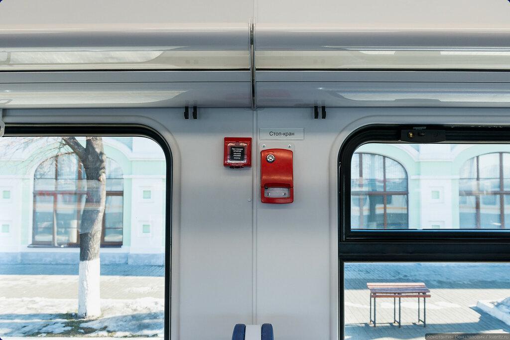 В середине вагона рядом со стоп-краном расположена кнопка пожарной сигнализации.