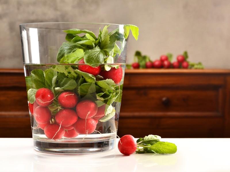 10. Сохраняйте овощи хрустящими Когда редис, сельдерей или морковь перестают хрустеть, опустите их в