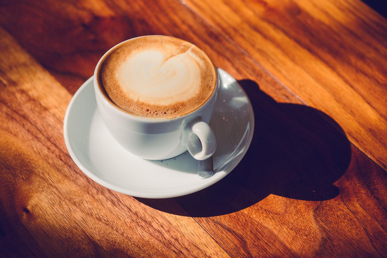 Беременным женщинам рекомендуется уменьшить привычную дозу кофеина. Чрезмерное употребление чая,