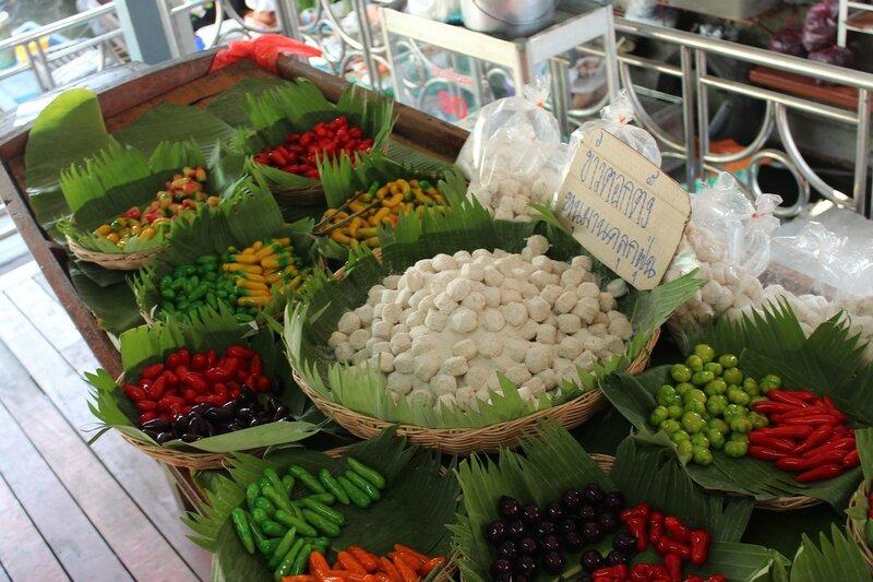 Тайские сладости лукчуб (Look Choob) - конфетки, сделанные из зеленых бобов, сахара, кокосового молока и желатина в форме различных тропических фруктов в желе на рынкеТалинг Чан