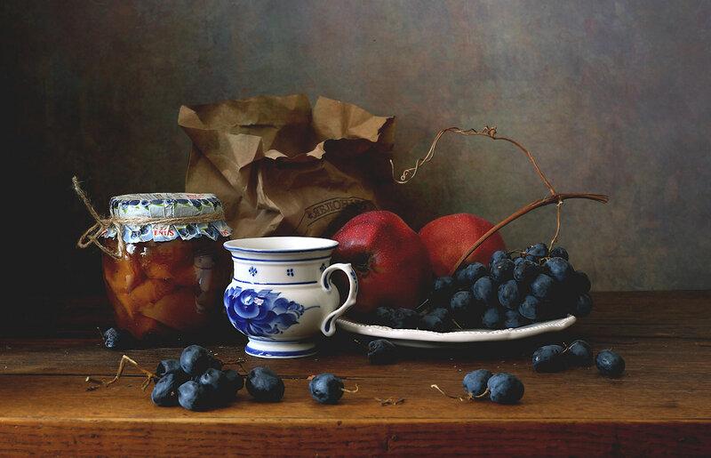 С чашкой и фруктами