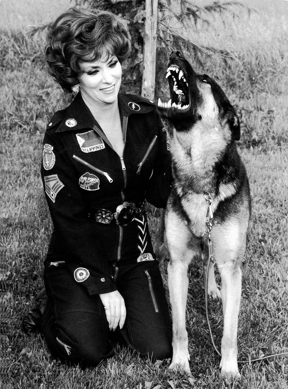 Gina LOLLOBRIGIDA mit ihrem Schдferhund ' Santo ', 1976