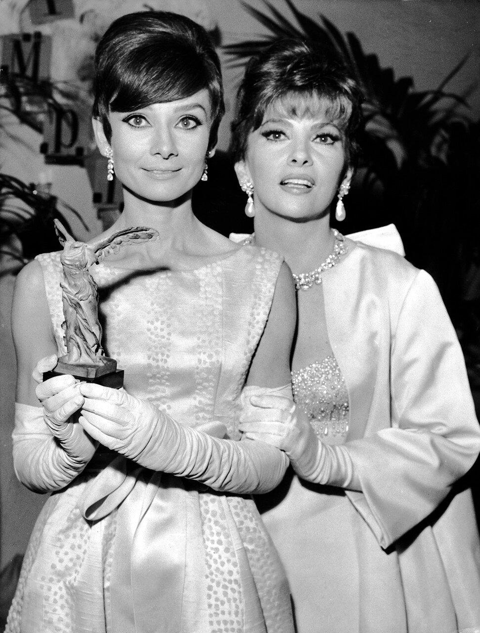 Gina LOLLOBRIGIDA und Audrey HEPBURN, 1965