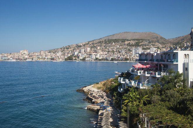 Саранда - это небольшой курортный городок с галечными берегами, которые омываются ионическим морем.