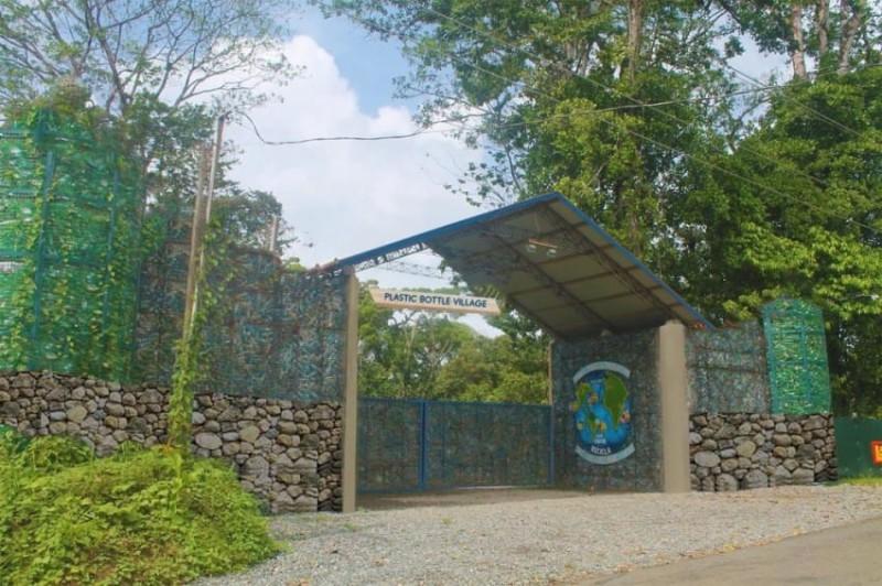 Канадец строит деревню из пластиковых бутылок в Панаме (9 фото)