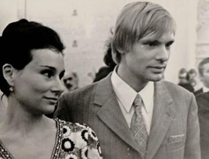 Первая жена Видова, Наталья Федотова, не считала актера ровней себе. Через год после свадьбы она увл