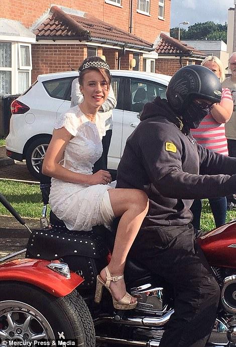 Британская школьница отпраздновала выпускной со 120 байкерами