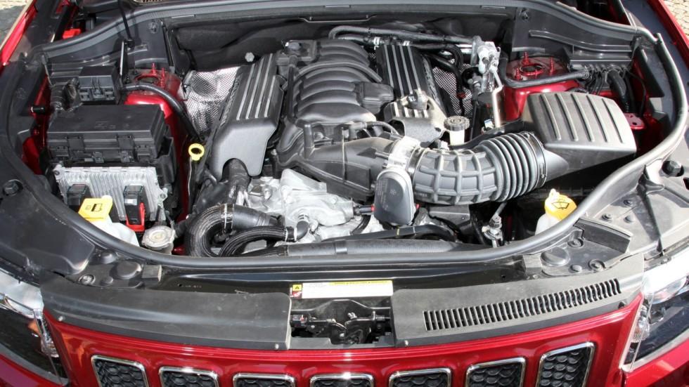 На фото: Под капотом Jeep Grand Cherokee SRT8 '2012–13    А еще надо не забывать этот мот