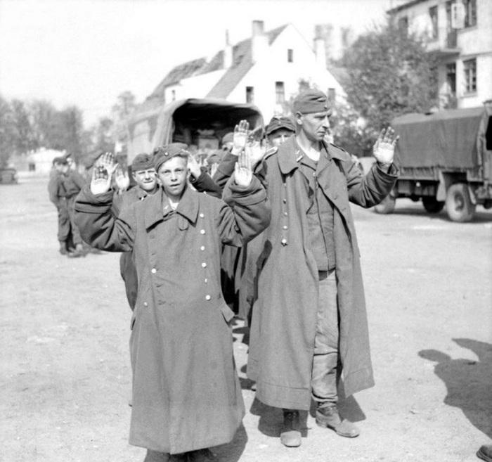 Капитуляция немецких солдат. Бремен, апрель 1945 года.   Помощь союзников