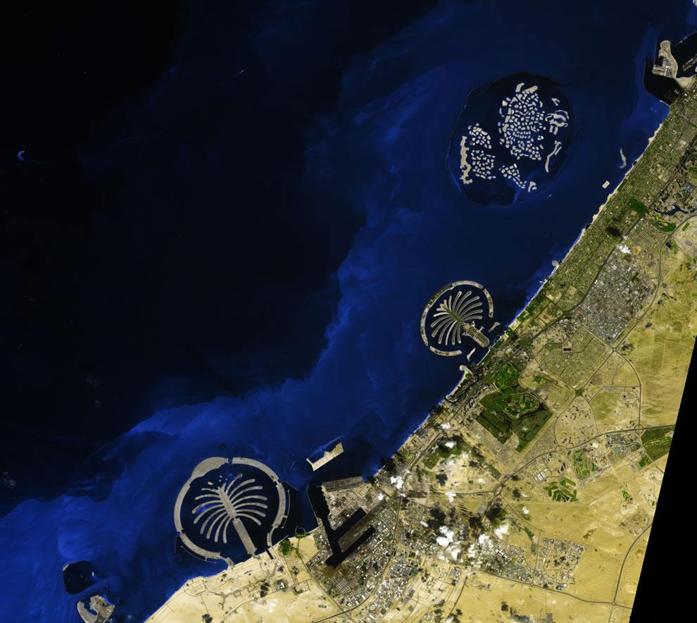 Строительство искусственных островов. Песок вычерпывался со дна Персидского залива и распылялся над