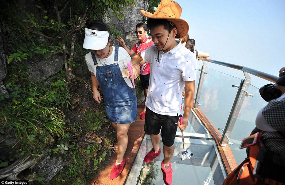 Сейчас стеклянные мосты — популярный тренд в Китае. Обычно местные власти их воспринимают как возмож