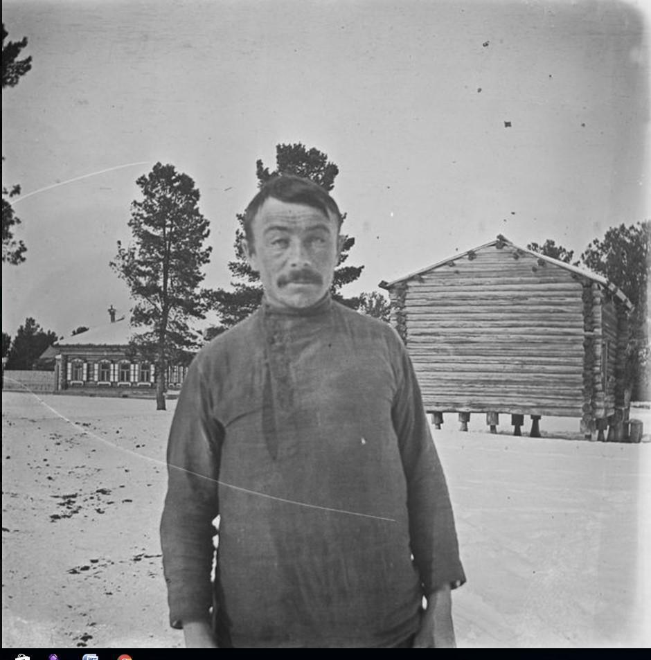 Русский мужчина на фоне дома Трофимова