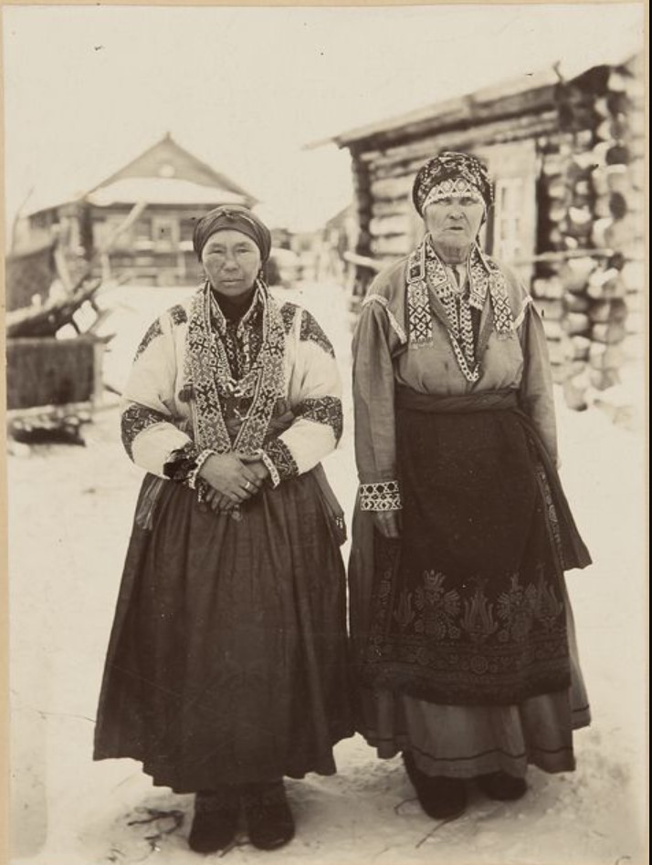 Две хантки в домашних платьях