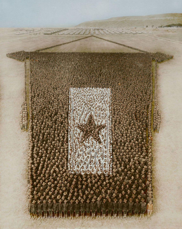 1917. Солдаты 164-й бригады  образуют флаг. Форт Рили, Канзас