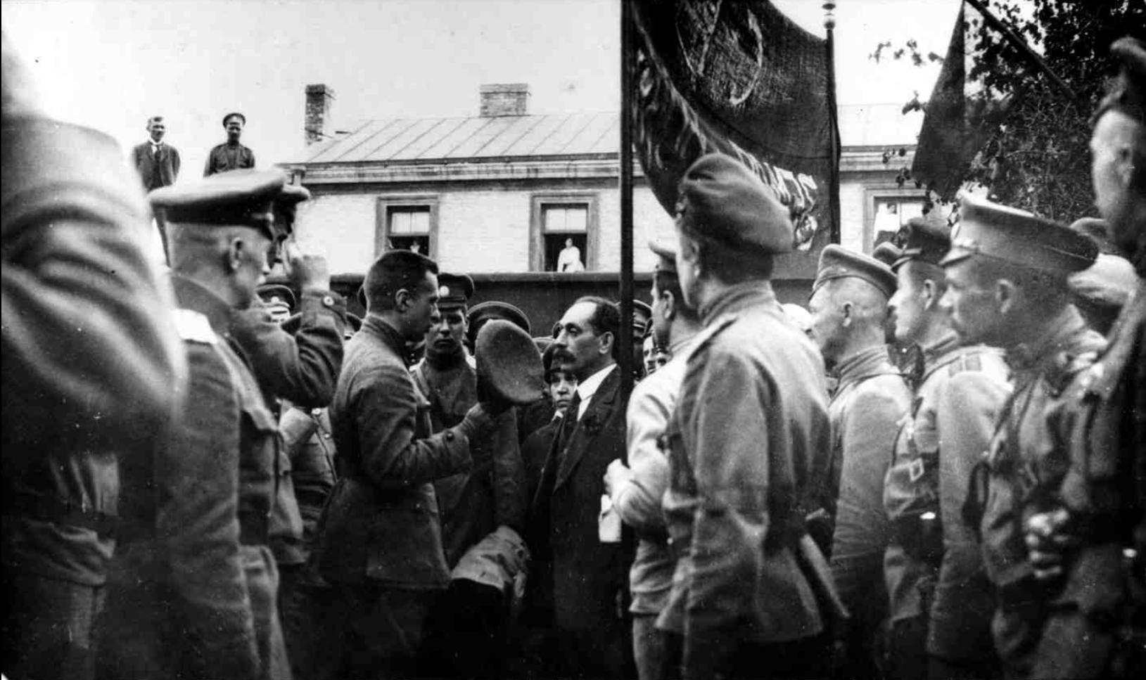 Военный министр Временного правительства А. Ф. Керенский среди членов штаба Юго-Западного фронта. Юго-Западный фронт, май 1917.