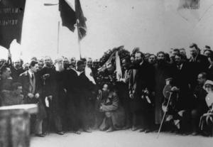 Представители Крестьянского съезда перед возложением венка к могилам жертв революции. Петроград, май 1917