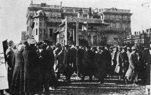 Солдаты и рабочие Петрограда около здания бывшего дворца Кшесинской. 1917