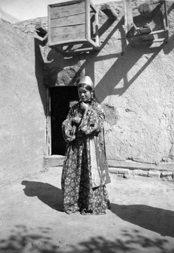 Портрет женщины у входа в ее дом