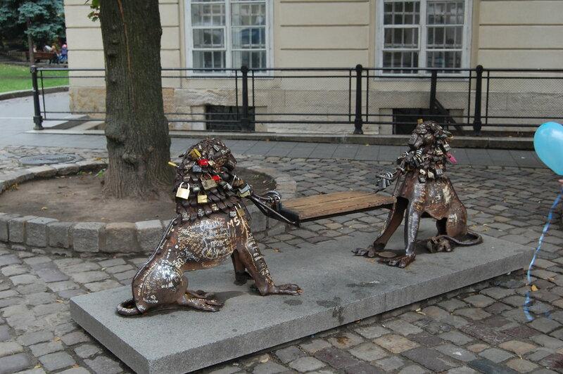 скамейка у львовской ратуши