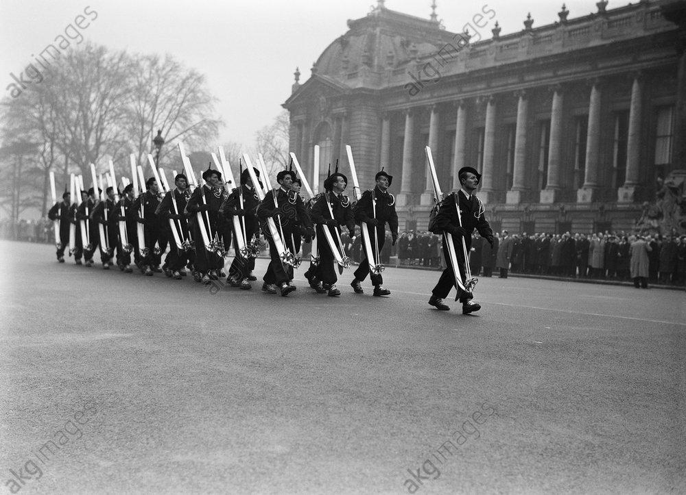 Paris, Vorbeimarsch von CRS-Polizisten 1952 / Foto - -