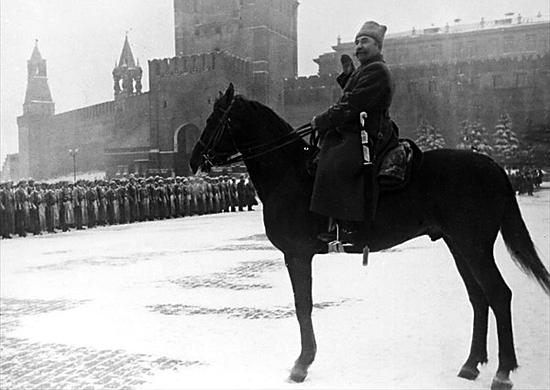 Буденный в сопровождении генерал-лейтенанта объехал войска, выстроенные к параду, и поздоровался с ними