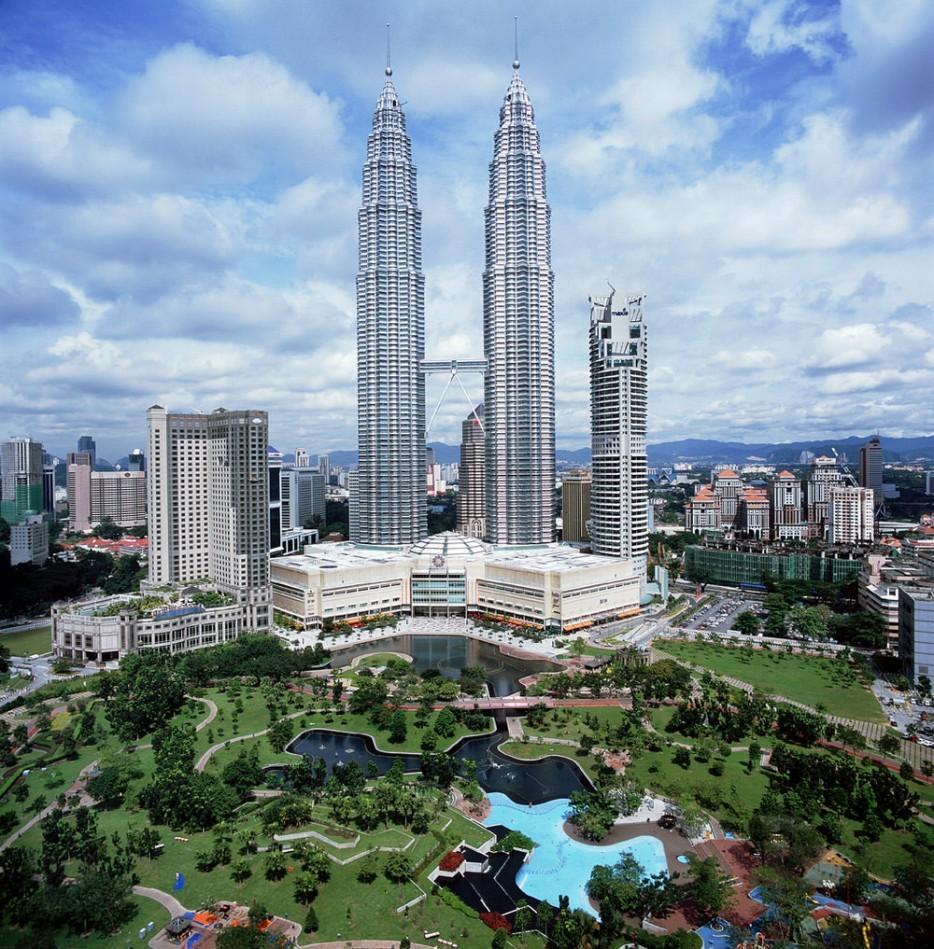 33. Мост между башнями Петронас, Куала-Лумпур, Малайзия