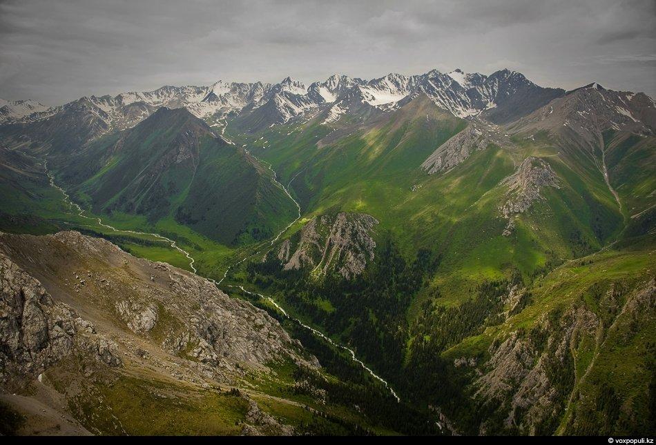 Долина пограничной с Киргизией реки Женишке. Мы приземлились там всего лишь на несколько минут. И в