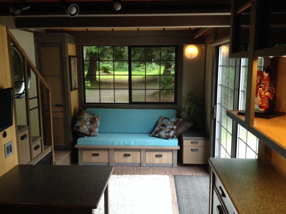 Встильной гостиной большие окна спрекрасным видом. Минималистичный японский стиль позволяет размес