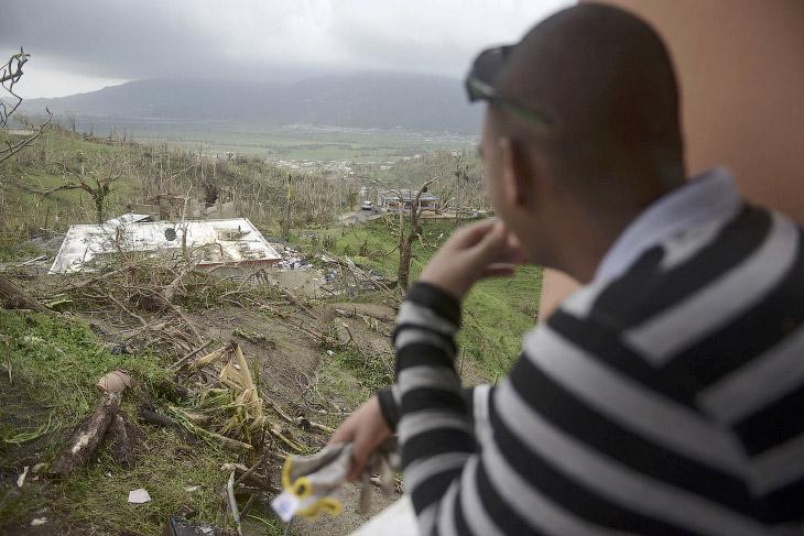 «Страна полностью разрушена»: ураган Мария (19 фото)
