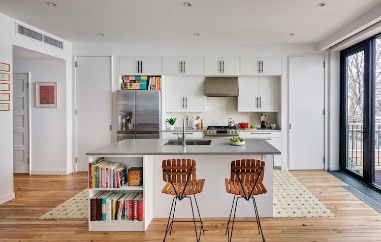 Интерьер дома отличается современностью и легкостью.