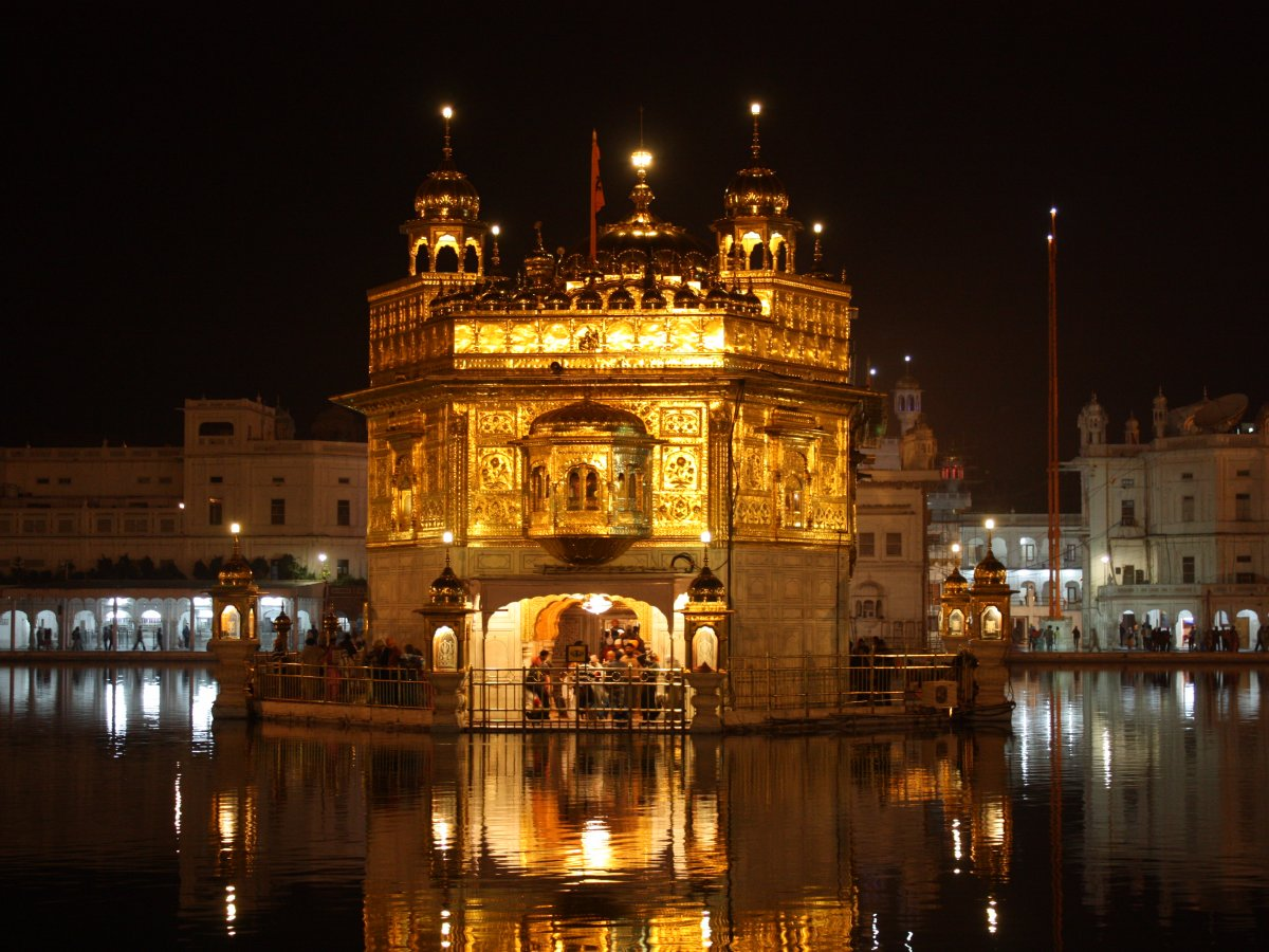 Золотой храм, или Хармандир-Сахиб, в Амритсаре, Индия. Был построен в XVII веке. В ночное время он о