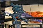 Скульптура хоккеиста на станции метро «ЦСКА»