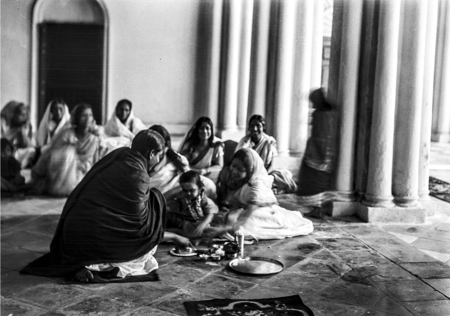 1306. Семья Тагоров во время ритуальной трапезы в часовне