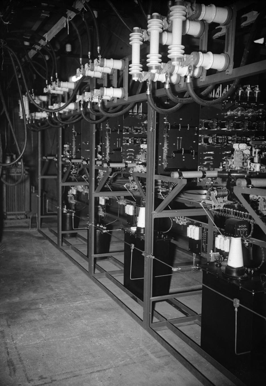 Экспериментальная лаборатория. Зал с заряженными конденсаторами