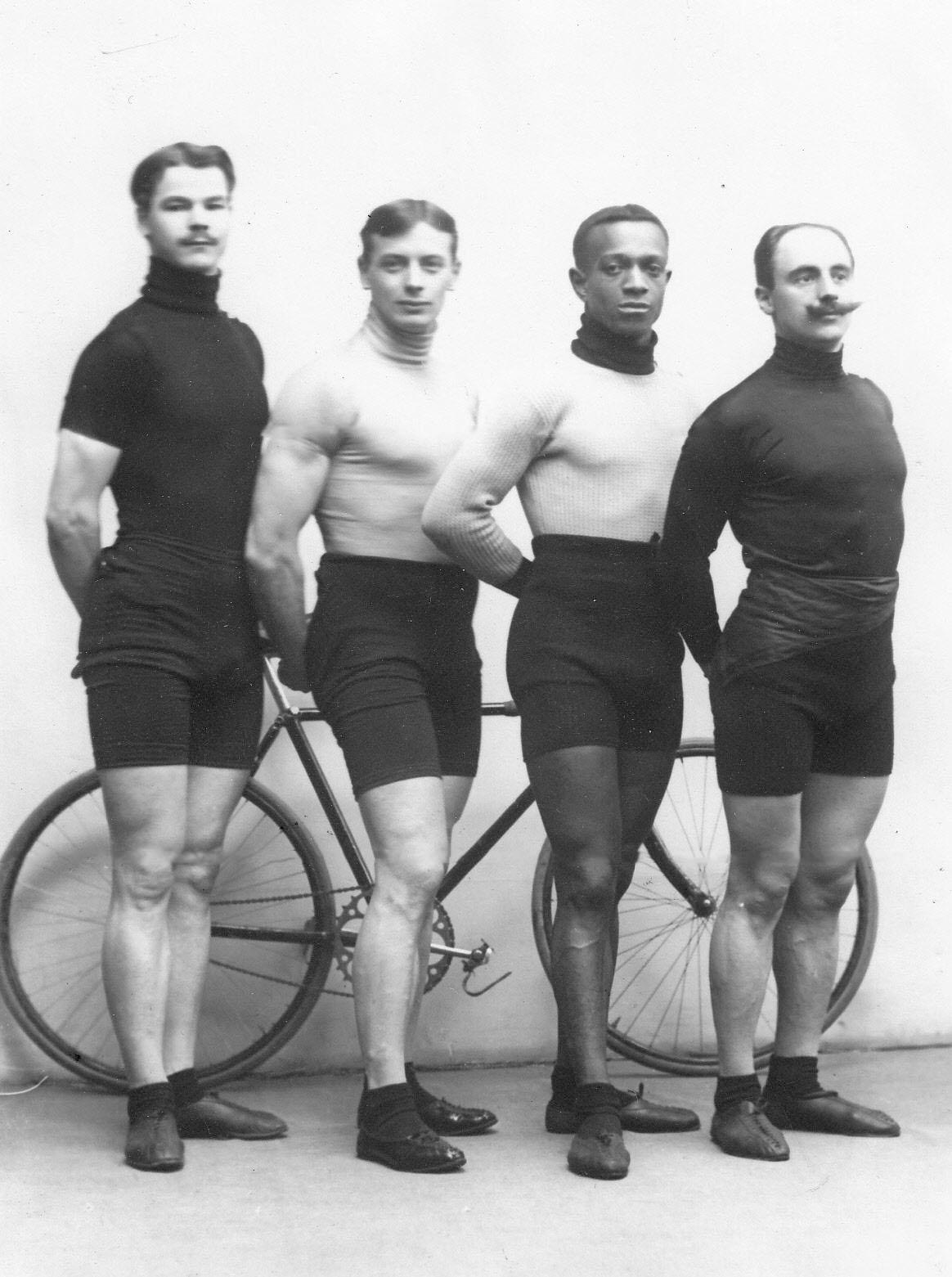 Известные гонщики во время международных соревнований в Санкт-Петербурге (слева направо): чемпион Германии Майер, чемпион России Крупников, чемпион США Тейлор, чемпион Австрии Кудела. 1910