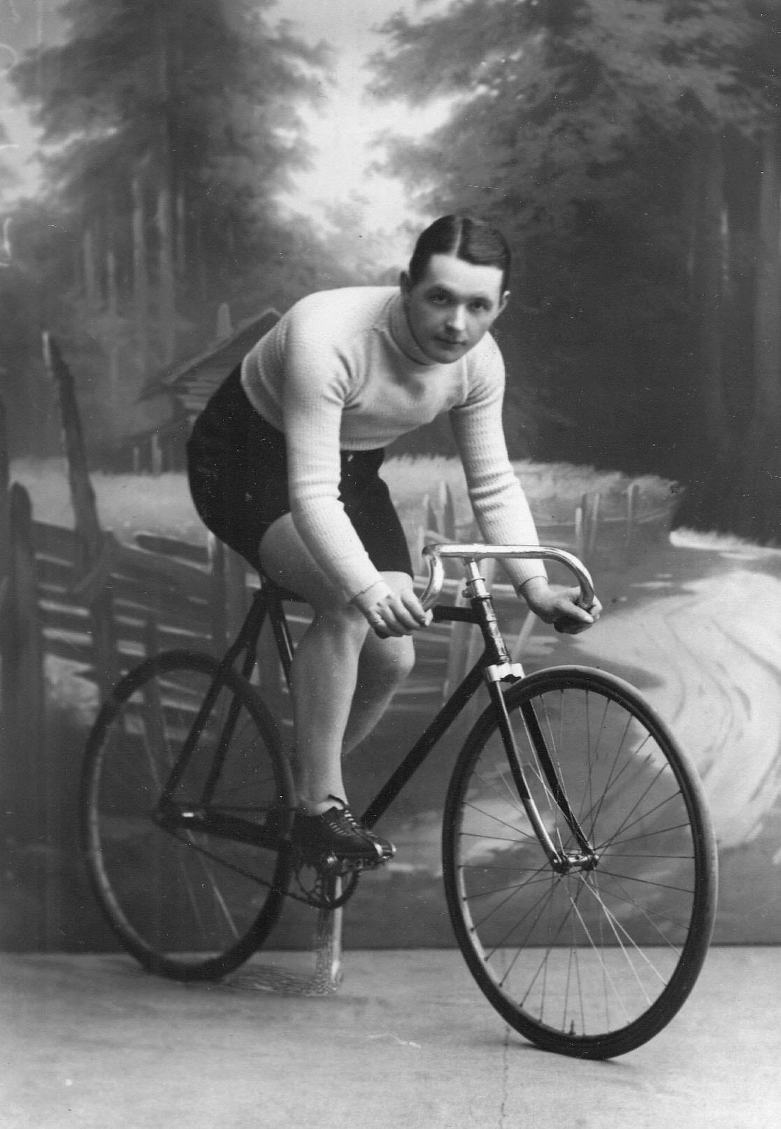 Участник велогонок Ткачик (Варшава) на велосипеде