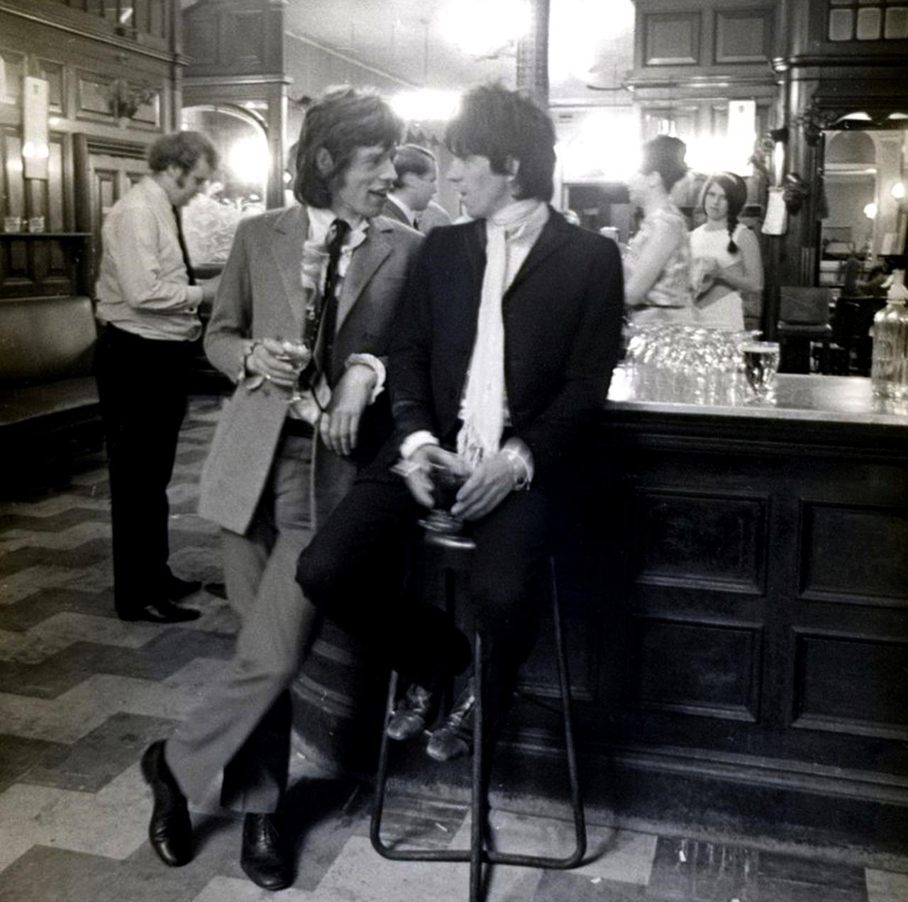 1967. Мик Джаггер и Кит Ричардс в пабе